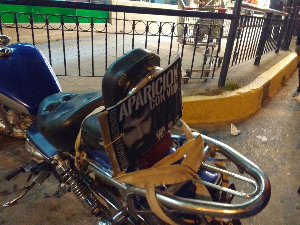 moto santiago - #SANTIAGOMALDONADO: Miles de altagracienses marcharon por su aparición con vida