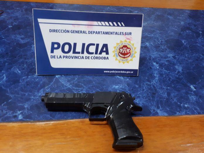 arma 9mm secuestrada - Portaba un arma sin documentación y fue detenido
