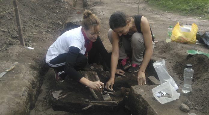 El sedimento de las piezas se quita con mucho ciudado - Rescate arqueológico en el Cerro Colorado