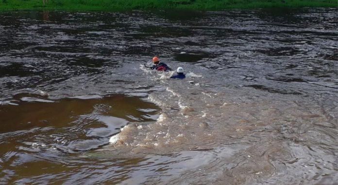 la rancherita policia de cordoa - Por la crecida, 8 personas no pudieron volver a buscar las cosas al otro lado del río y tuvieron que rescatarlas