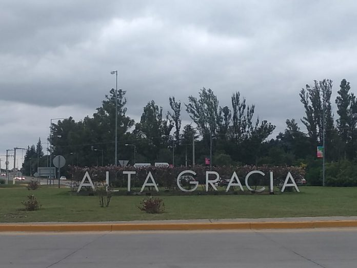 alta gracia letras cartel ingreso nubes - Domingo nublado y fresco