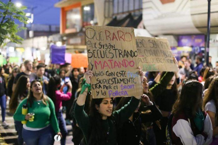 marcha mujeres ag 8m - Una mujer está en grave estado tras un intento de femicidio en Estación Flores