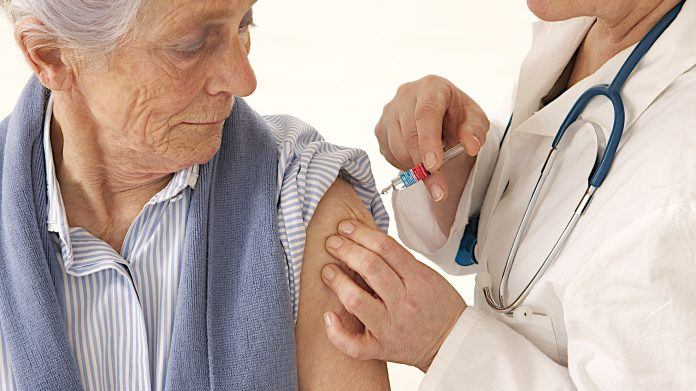 vacuna ancianos inforegion - El próximo lunes comienza la campaña de vacunación antigripal en Córdoba