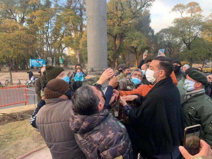 bandera diversidad cba 2 - Tras el atropello a la diversidad, volvieron a izar la Bandera argentina