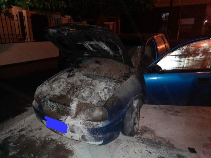 auto quemado suquia - Puso en marcha su auto y se le prendió fuego