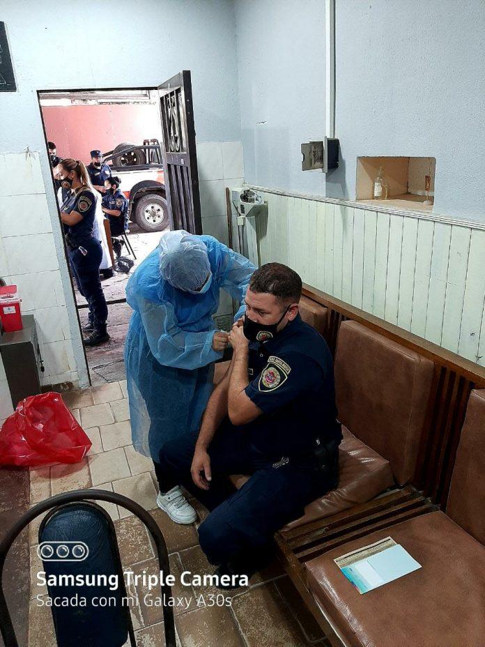 VACUNACION POLICIAS - Comenzó la vacunación al personal policial