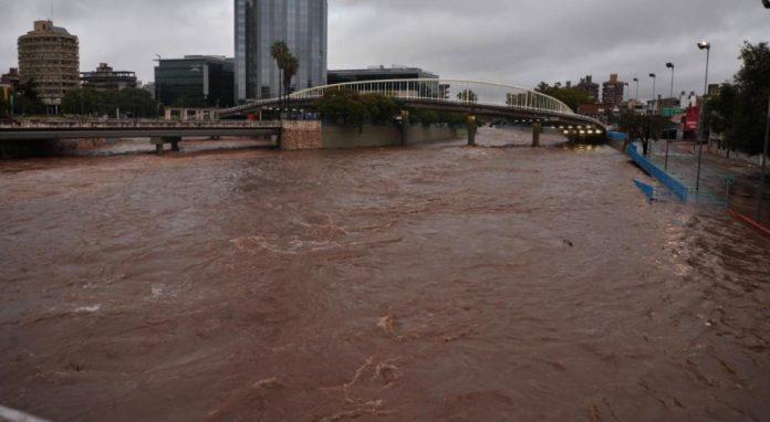 costanera del suquia cortada muni cba - Copiosas lluvias en Córdoba: ríos crecidos en las Sierras; evacuados en la Capital
