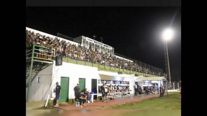 partido morteros - Córdoba: polémica en Morteros por la aglomeración en un partido