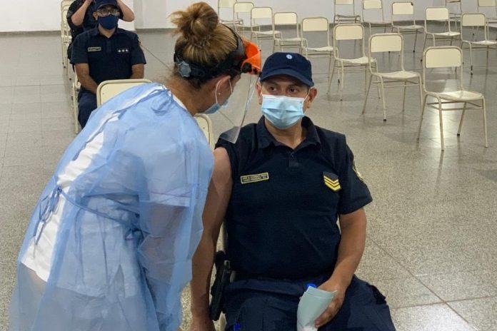 vacunas 2 policia cba - Vacunación contra el Covid-19: culminó la colocación de la primera dosis a la Policía