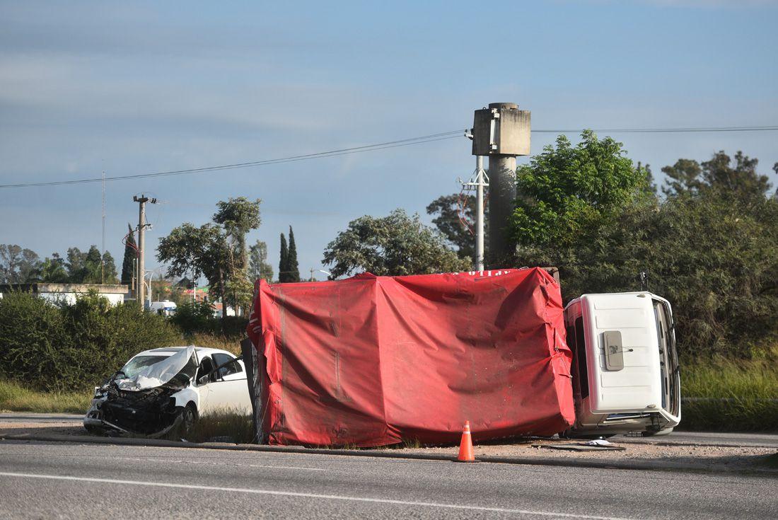 accidente mercado de abAsto LVI - Fuerte choque entre un camión y un auto en Córdoba Capital