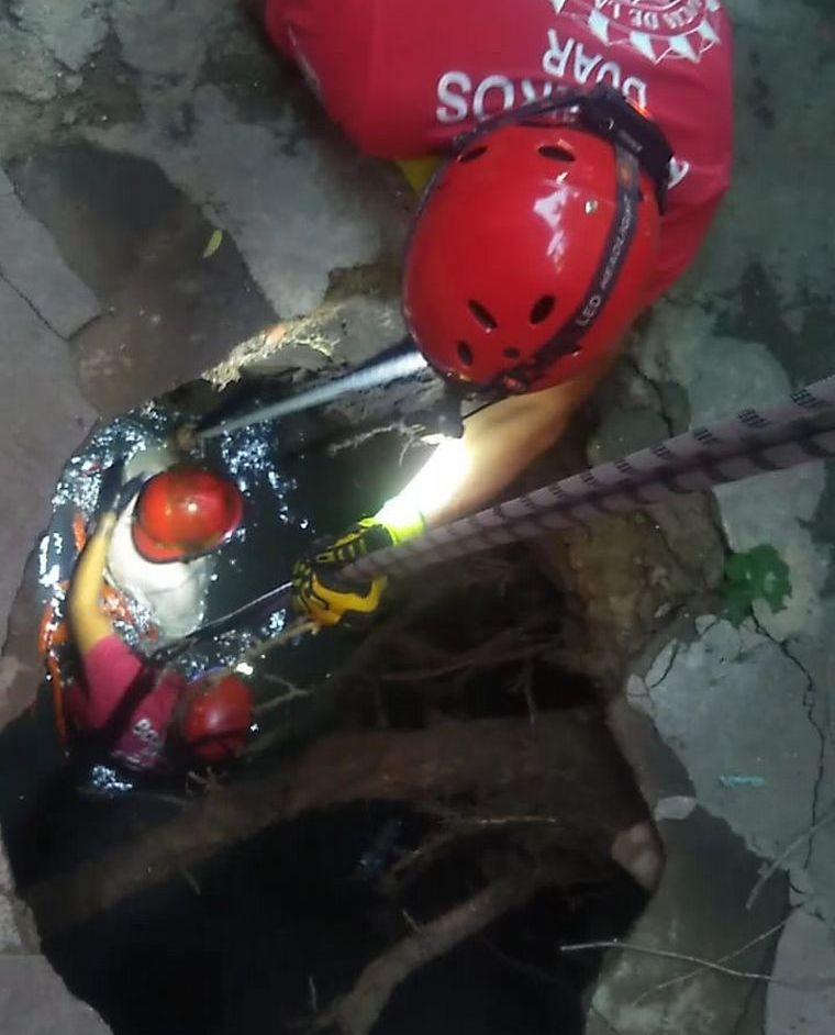 mujer cayo pozo ciego C3 E - Rescataron a una mujer que cayó a un pozo ciego en Córdoba