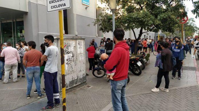 testeos cba - Córdoba: cortaron la fila por la alta demanda de testeos