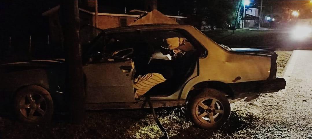 accidente c45 - Un auto colisionó contra una garita de colectivo en Ruta C-45
