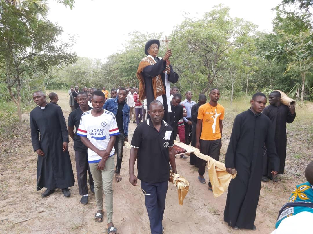 brochero en africa JI - La escultura del Cura Brochero ya fue armada en Tanzania