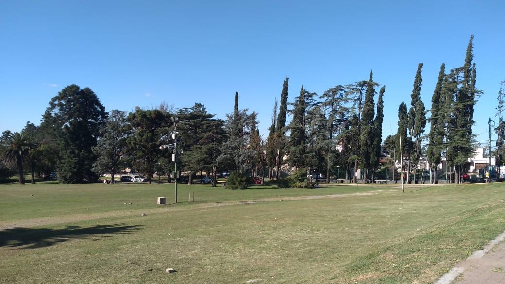 clima despejado parque del sierras - Jueves fresco con cielo despejado