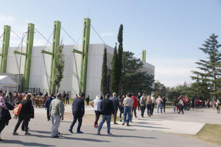 hisopados cba - Aglomeraciones para vacunarse con un remanente en Córdoba