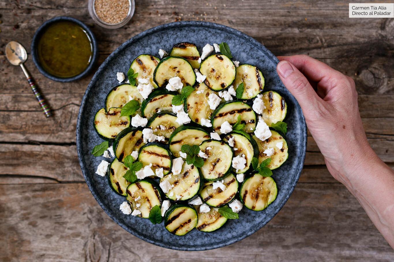 zukinis con queso y menta - La receta del lunes: ensalada de calabacín a la plancha, queso feta y menta,