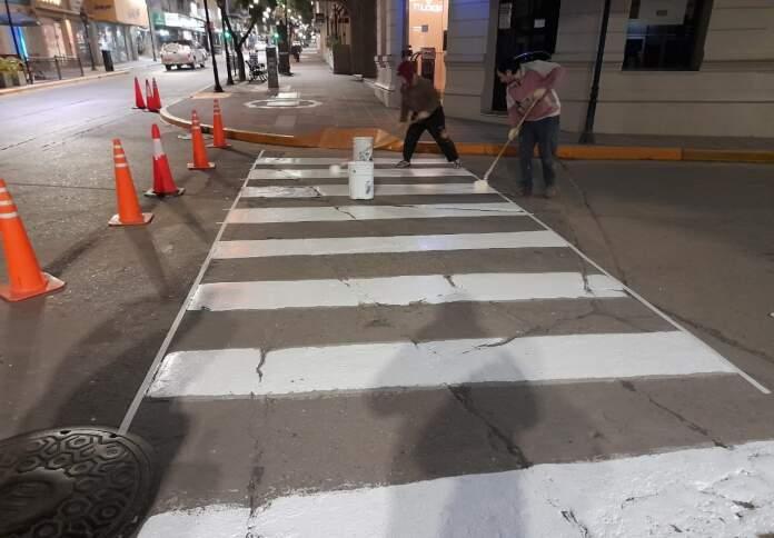 SENALETICA ALTA GRACIA CALLES - Continúan los trabajos de pintura de sendas peatonales en calles de la ciudad