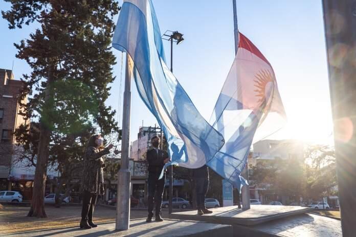banderas alta gracia - Se realizó el acto por el Día de la Independencia