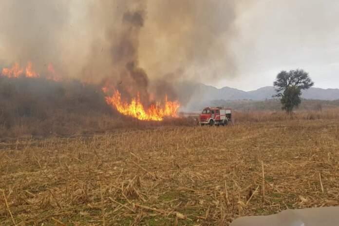 incendio cosquin controlad - Bomberos lograron contener el incendio forestal al norte de Cosquín