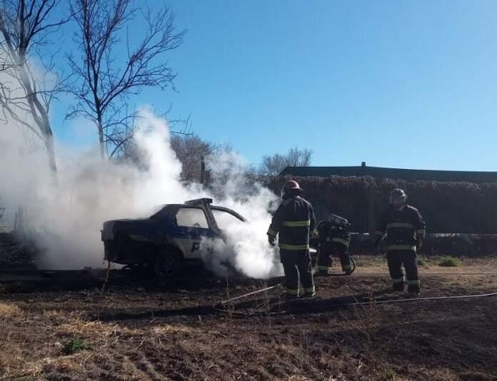 movil incendiado - Un móvil policial se prendió fuego