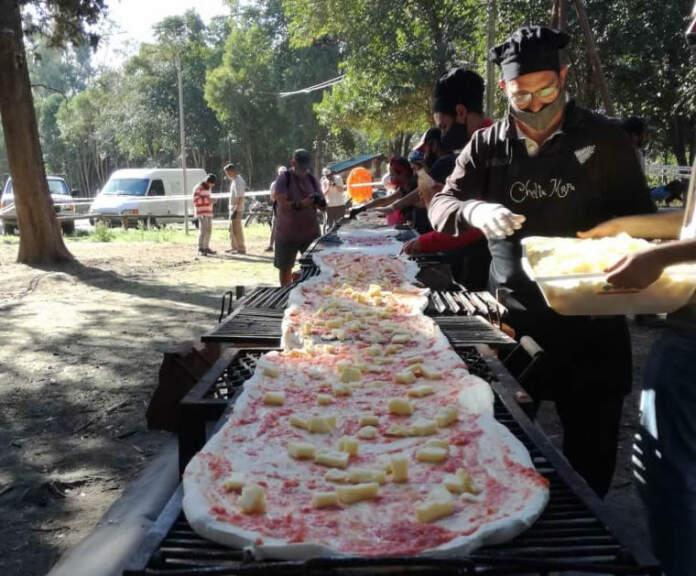 pizza gigante 1 - Cordobeses cocinaron a la parrilla una pizza de 14 metros