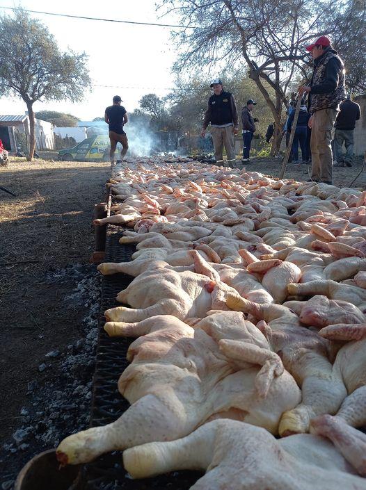 pollo los carteludos - 227 pollos con ensalada vendieron Los Carteludos