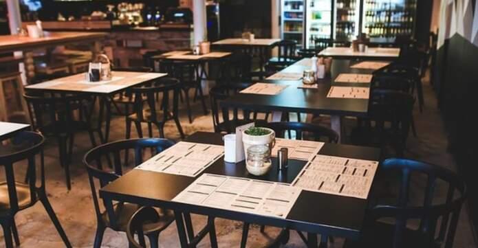 restaurante vacio 780x405 1 - En Alta Gracia extenderán el horario en bares y restaurantes por el Día del Amigo