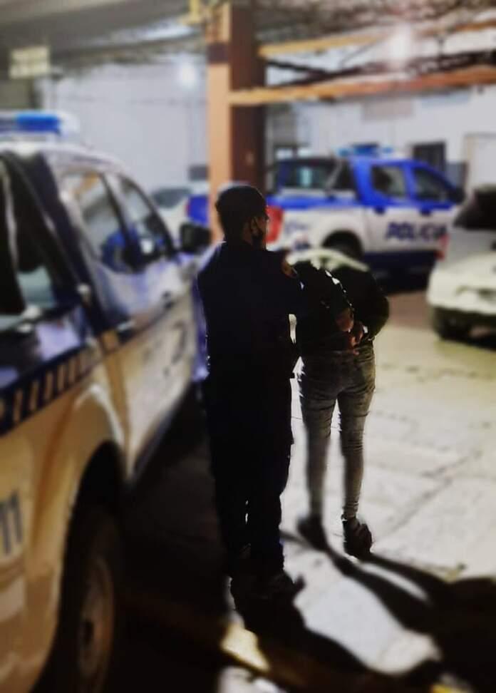 POLICIA MUJER DETENIDA - Amenazó a su cuñada, intentó huir y terminó detenida