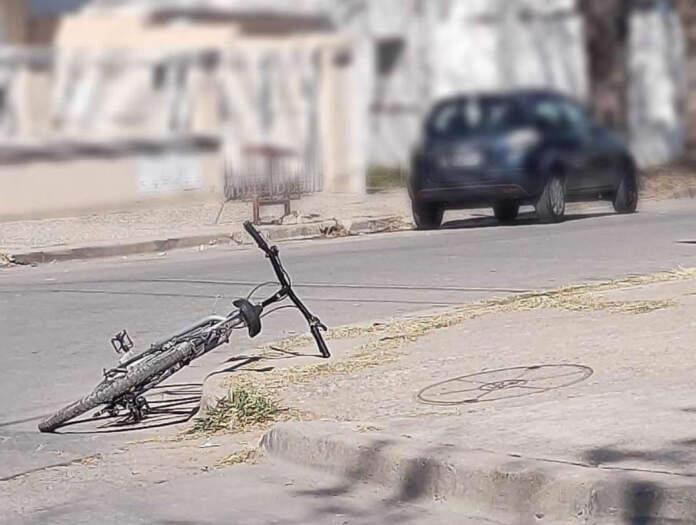 accidente bici - Un ciclista chocó contra un auto
