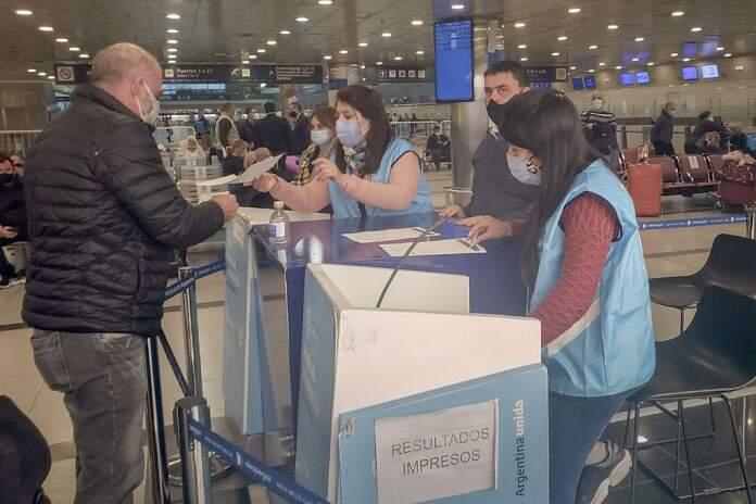 aeropuerto covid 696x464 1 - Indignado por tener que pagar el PCR al volver de Miami, piloto cordobés demandará al Estado