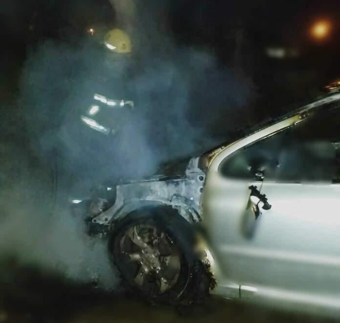 auto incendio - Un vehículo se prendió fuego en la vía pública