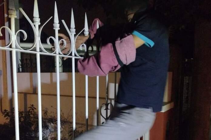 ladron atrapado en reja - Robó en una casa, quiso escapar pero quedó atrapado en la reja