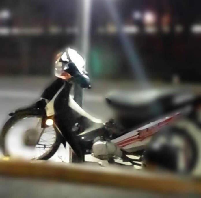 moto accidente - Un motociclista chocó contra una luminaria