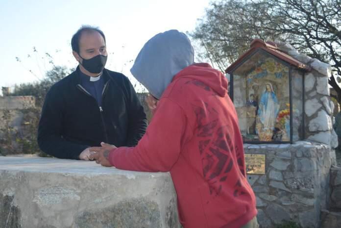 """NICOLAS GIRARDI LA VOZ DEL INTERIOR PADRE BARRIO LA PERLA - Padre Gilardi: """"Muchos jóvenes no encuentran un sentido en su vida, hay que escucharlos"""""""