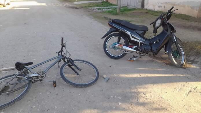 accidente moto y bici - Dos jovencitos protagonizaron un accidente
