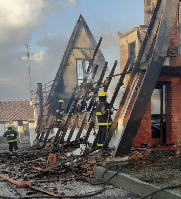 casa incendiada - Reparaba el techo, se incendió la casa y perdió todo